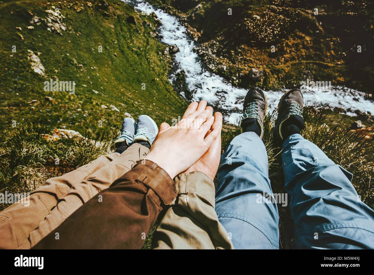 Matura in amore tenendo le mani rilassante insieme sul vertice di montagna di viaggio emozioni felici Lifestyle Immagini Stock