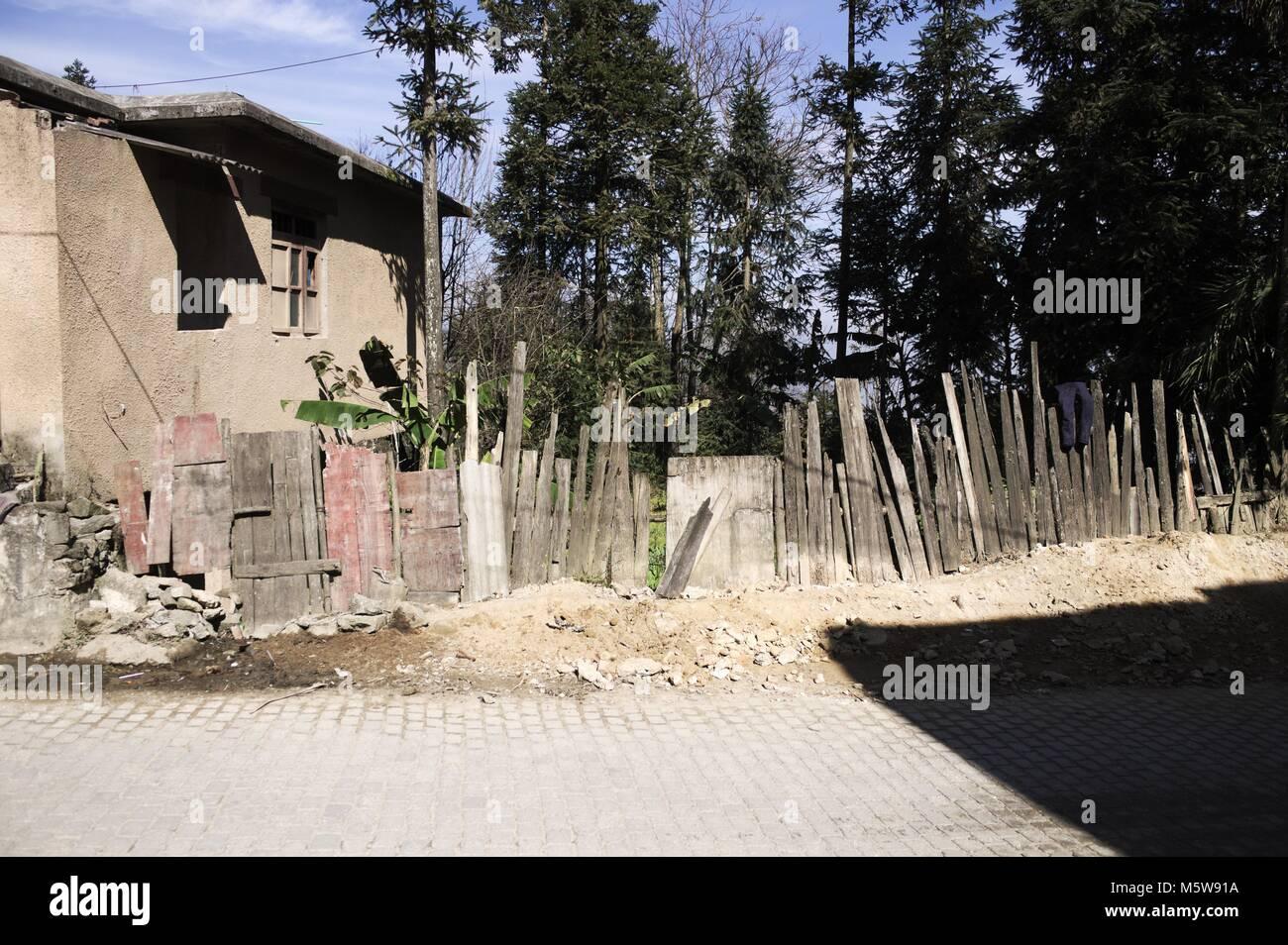 Staccionata in legno per le strade del Duo Yi Shu Village (Yuanyang, Yunnan, Cina) Immagini Stock