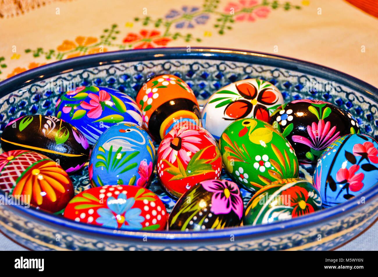 Uova Di Ceramica Dipinte A Mano.Colorato In Legno Dipinte A Mano Le Uova Di Pasqua In Una Coppa In