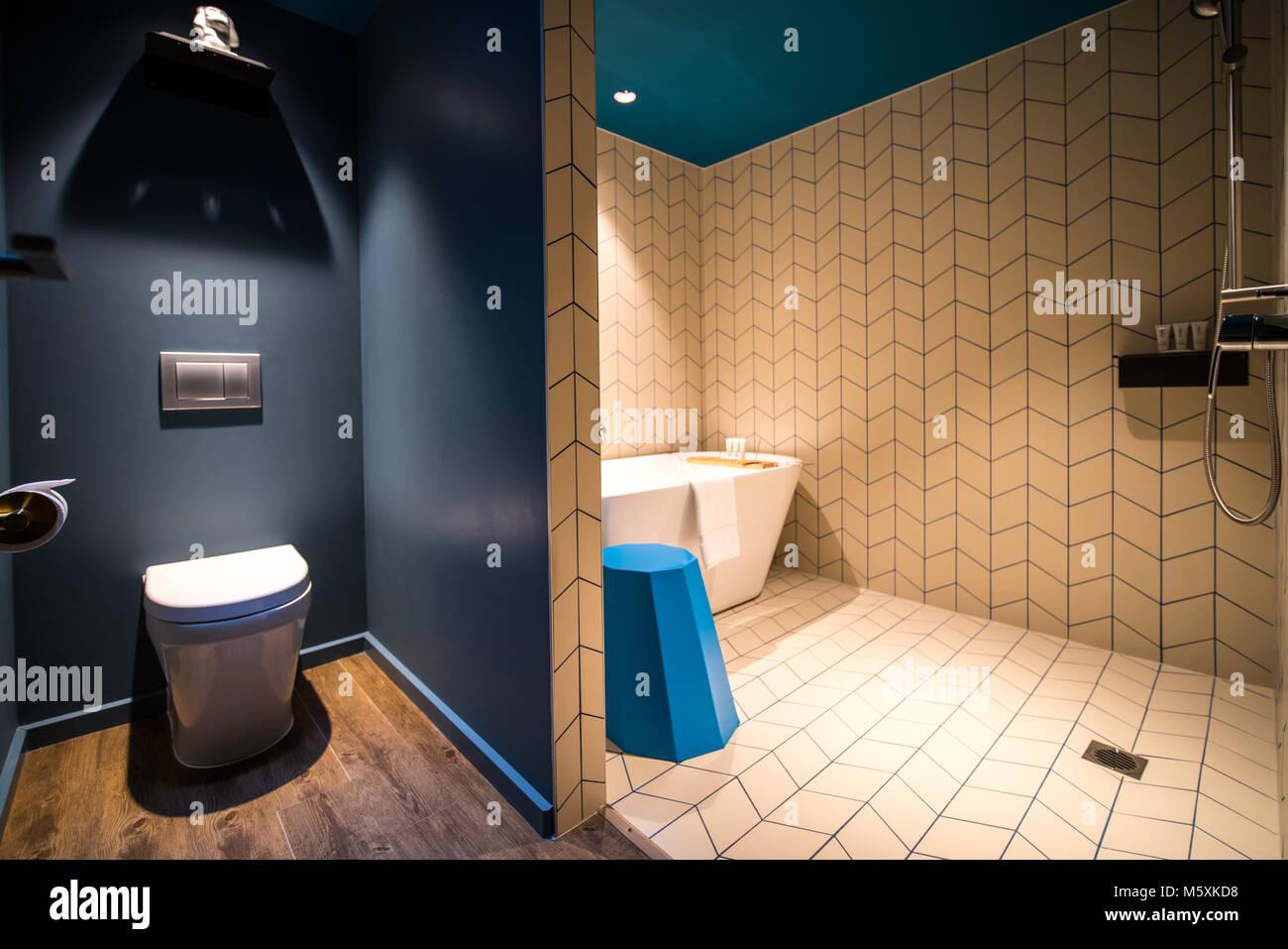 Il lusso di un bagno moderno con vasca da bagno asciugamani bianchi