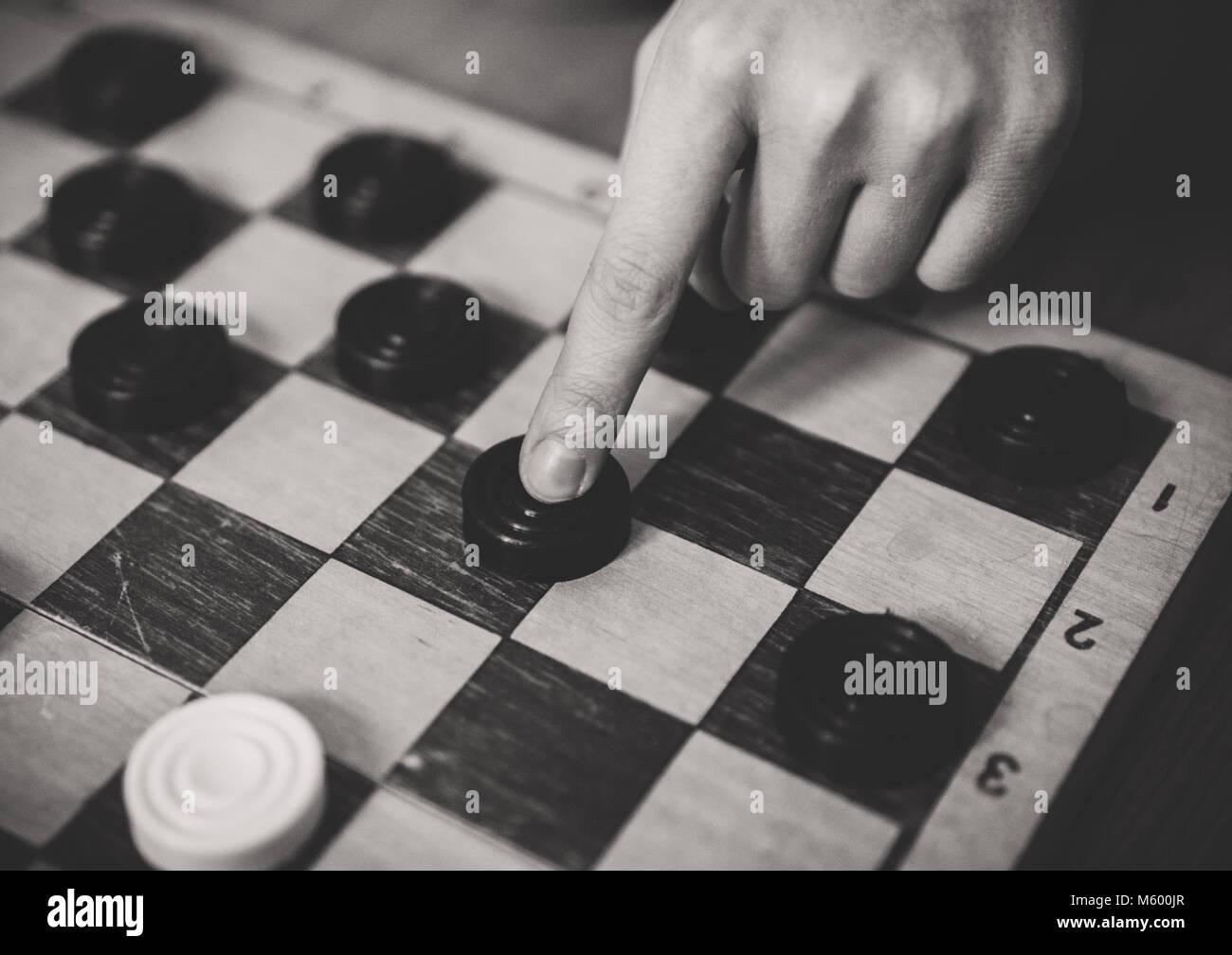 Bambini Che Giocano A Dama Gioco Di Bordo In Bianco E Nero Foto