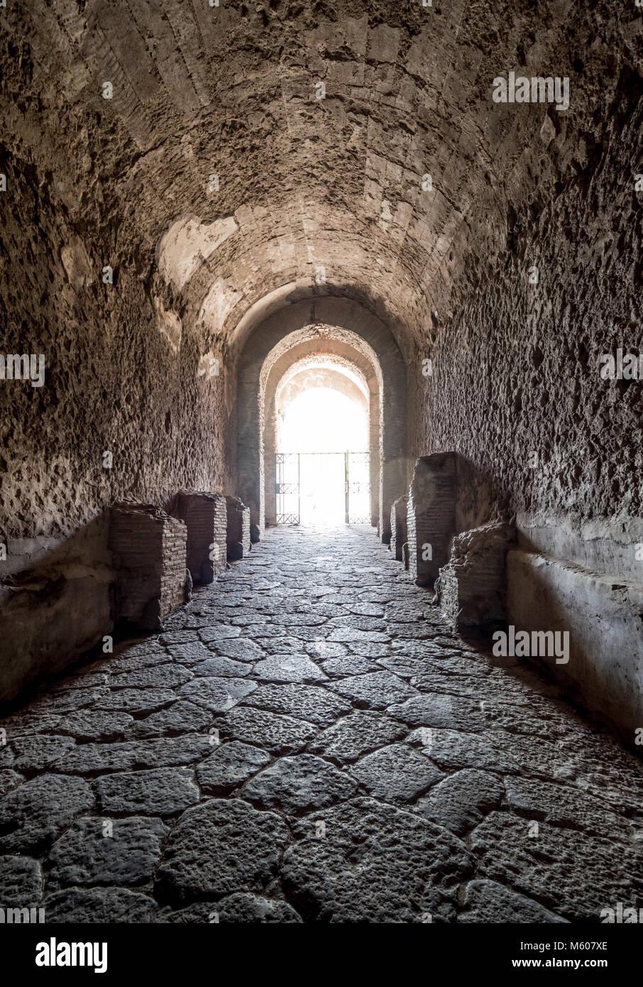 Tunnel di ingresso per l'Anfiteatro di Pompei, Italia. Immagini Stock