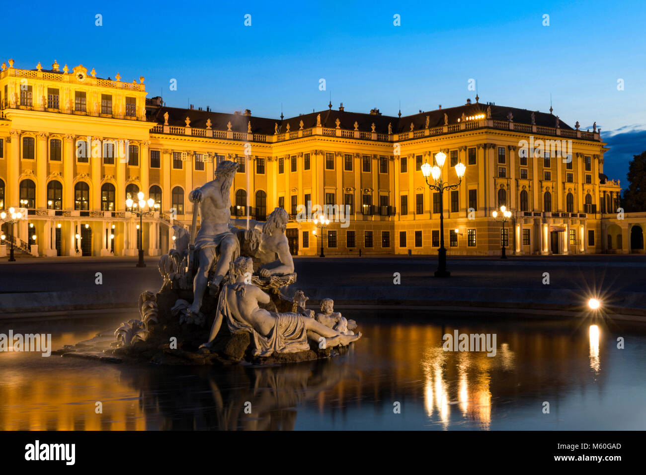 Il Palazzo di Schönbrunn e uno di Naiad fontane (spiriti di molle e fiumi) illuminata di notte, Schonbrunn, Immagini Stock