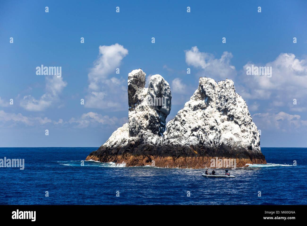 I subacquei a Roca Partida sito di immersione, Revillagigedo Islands, Messico Immagini Stock