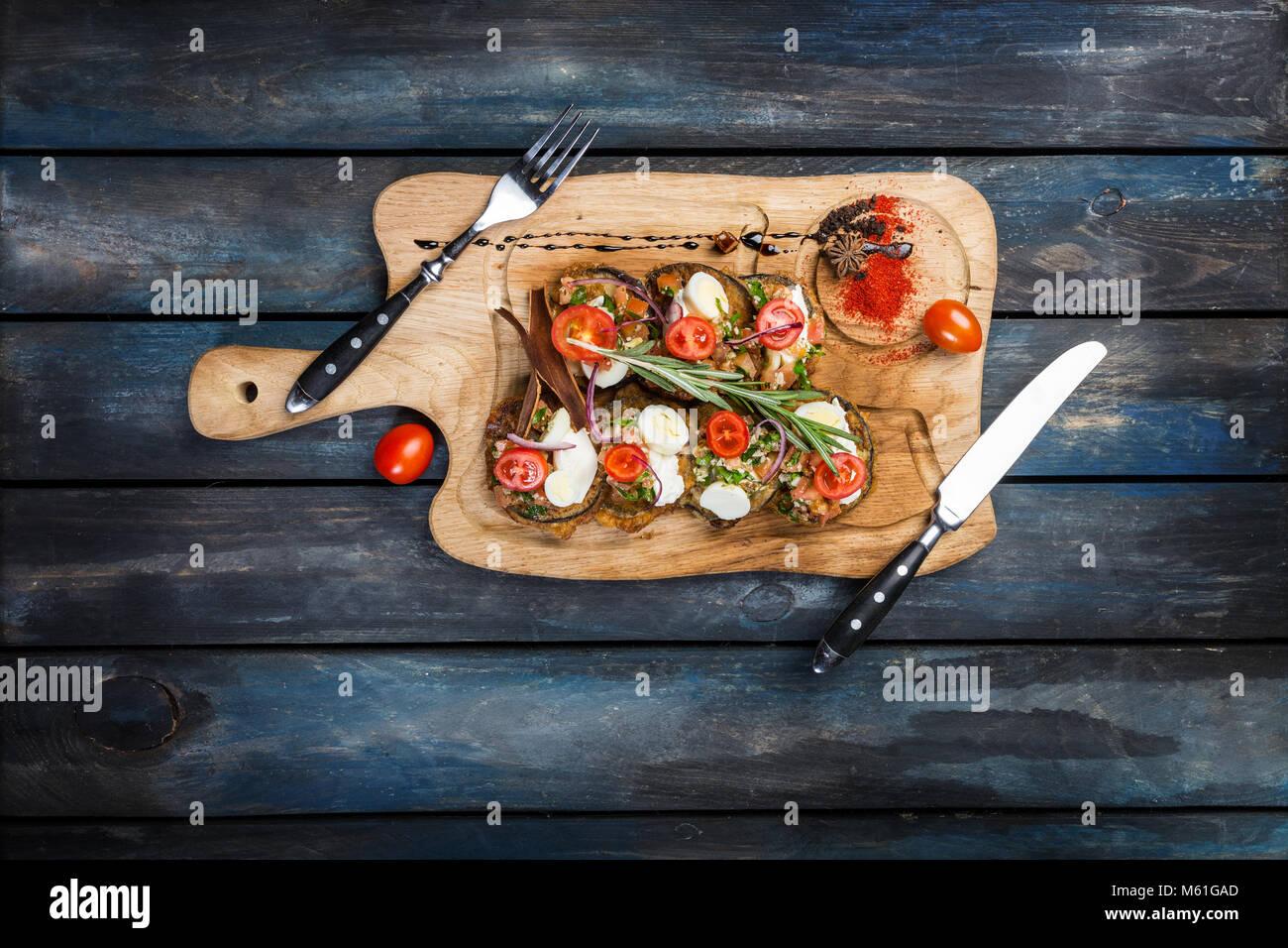 Melanzane al forno con ripieno di ricotta e pomodoro Immagini Stock