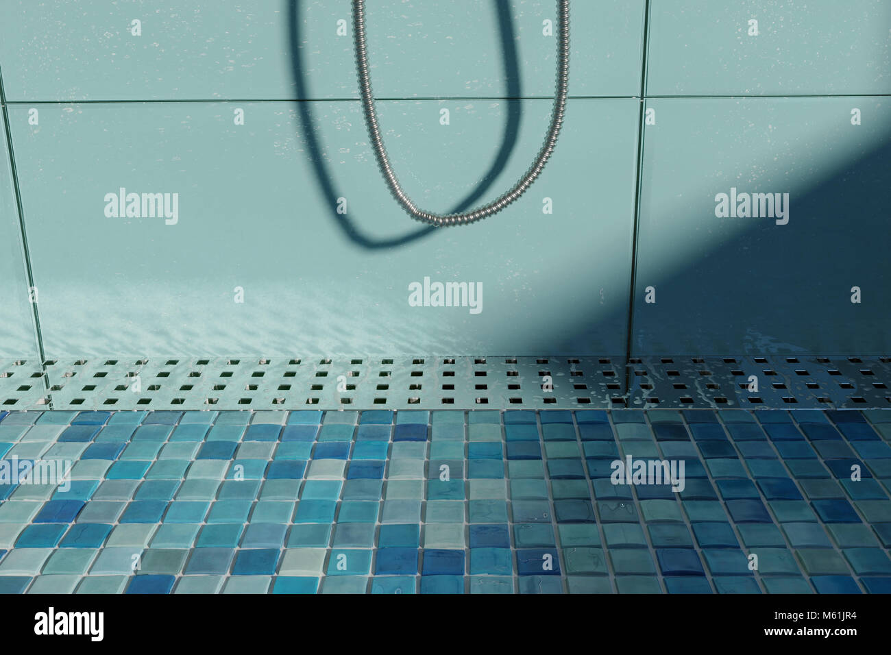 D rendering di gocce d acqua sulla grondaia in metallo sul piatto