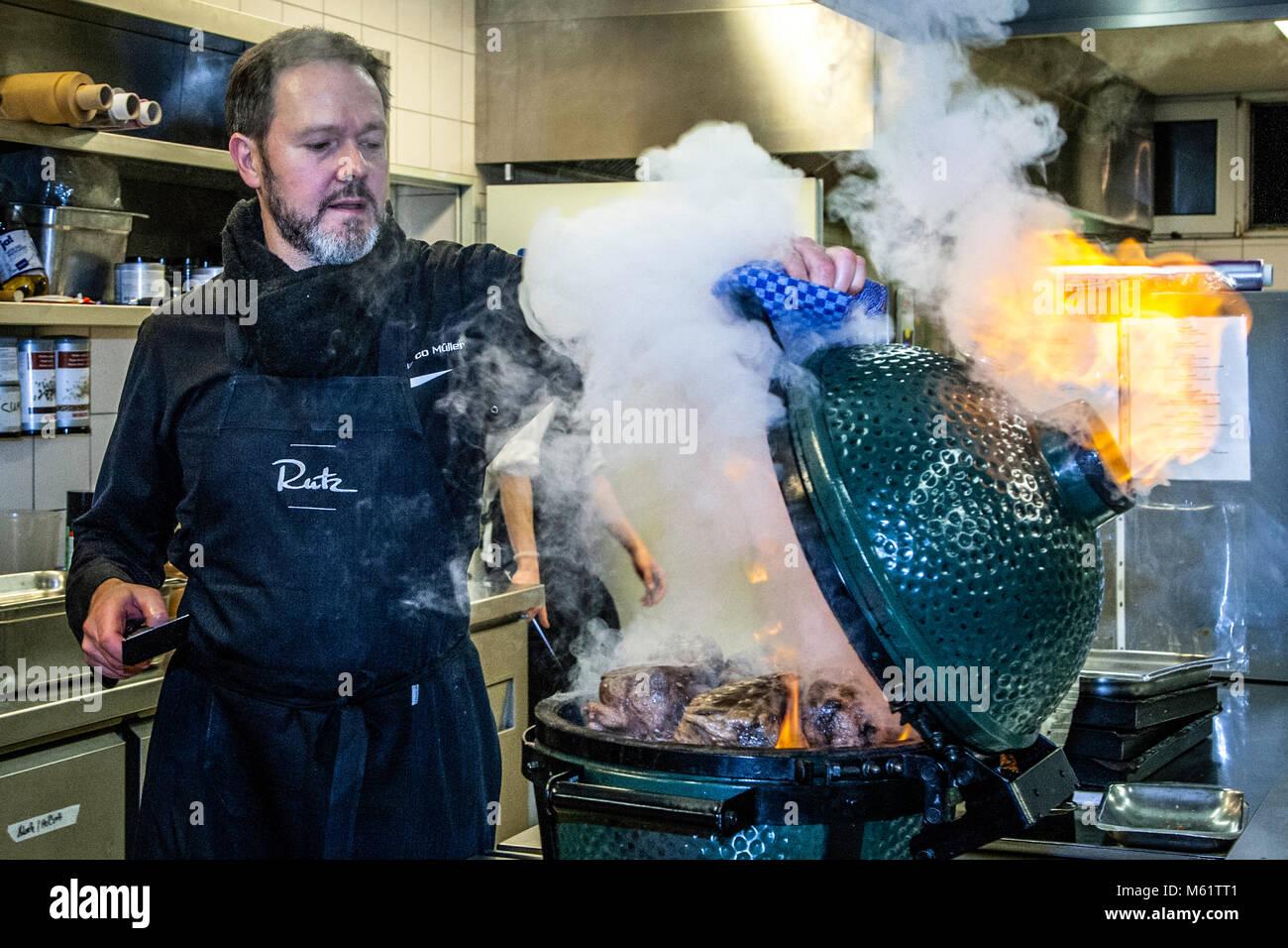 Tedesco 3 stelle Michelin chef Marco Müller con Big Green Egg. Uno dei segreti del brisket tenero di manzo è l'ordine 'verso': Prima scaldare nel forno a fuoco basso e poi grigliarlo caldo nel suo proprio fumo appena prima di tagliarlo Foto Stock