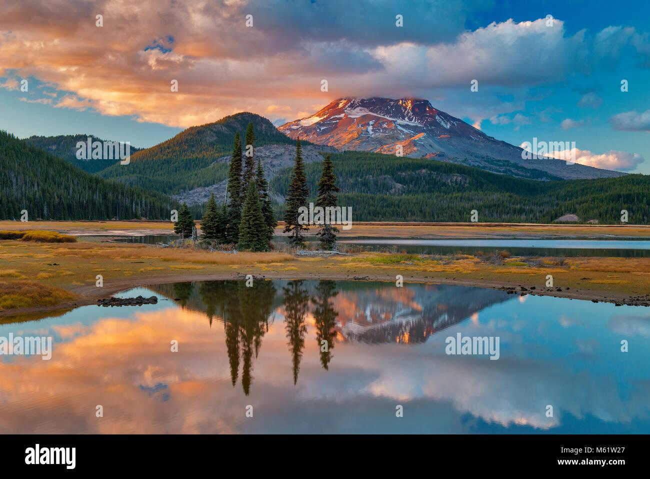 A sud la sorella, scintille Lago, Deschutes National Forest, Oregon Immagini Stock