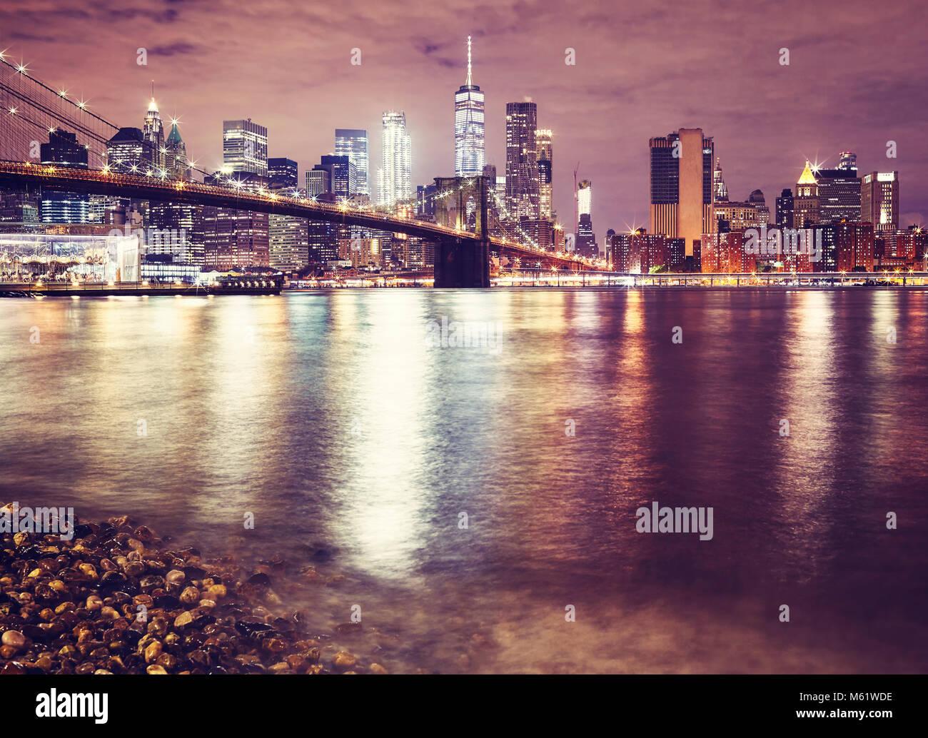 Il Ponte di Brooklyn e il Manhattan di notte, dai toni di colore ...