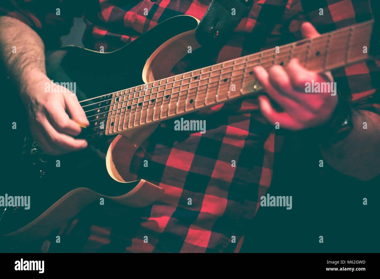 Il chitarrista in azione duing un concerto dal vivo Immagini Stock