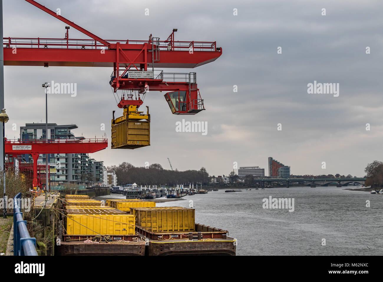 Una movimentazione di container gru presso la Western Riverside devastatore competente vicino a Wandsworth Bridge, Immagini Stock