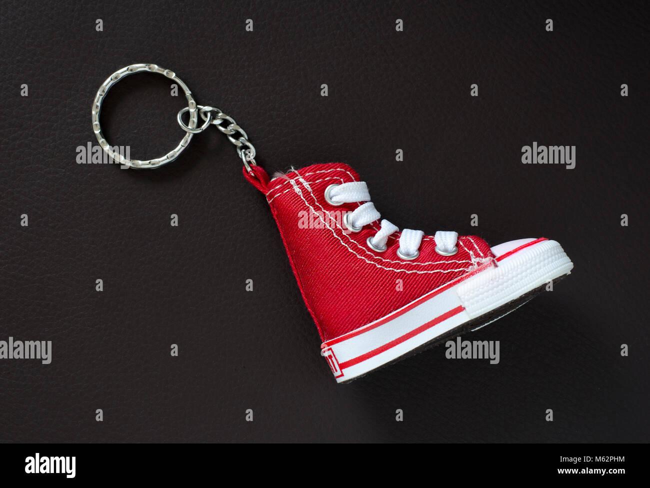 Portachiavi con mini scarpa da basket sul tampone in pelle Immagini Stock