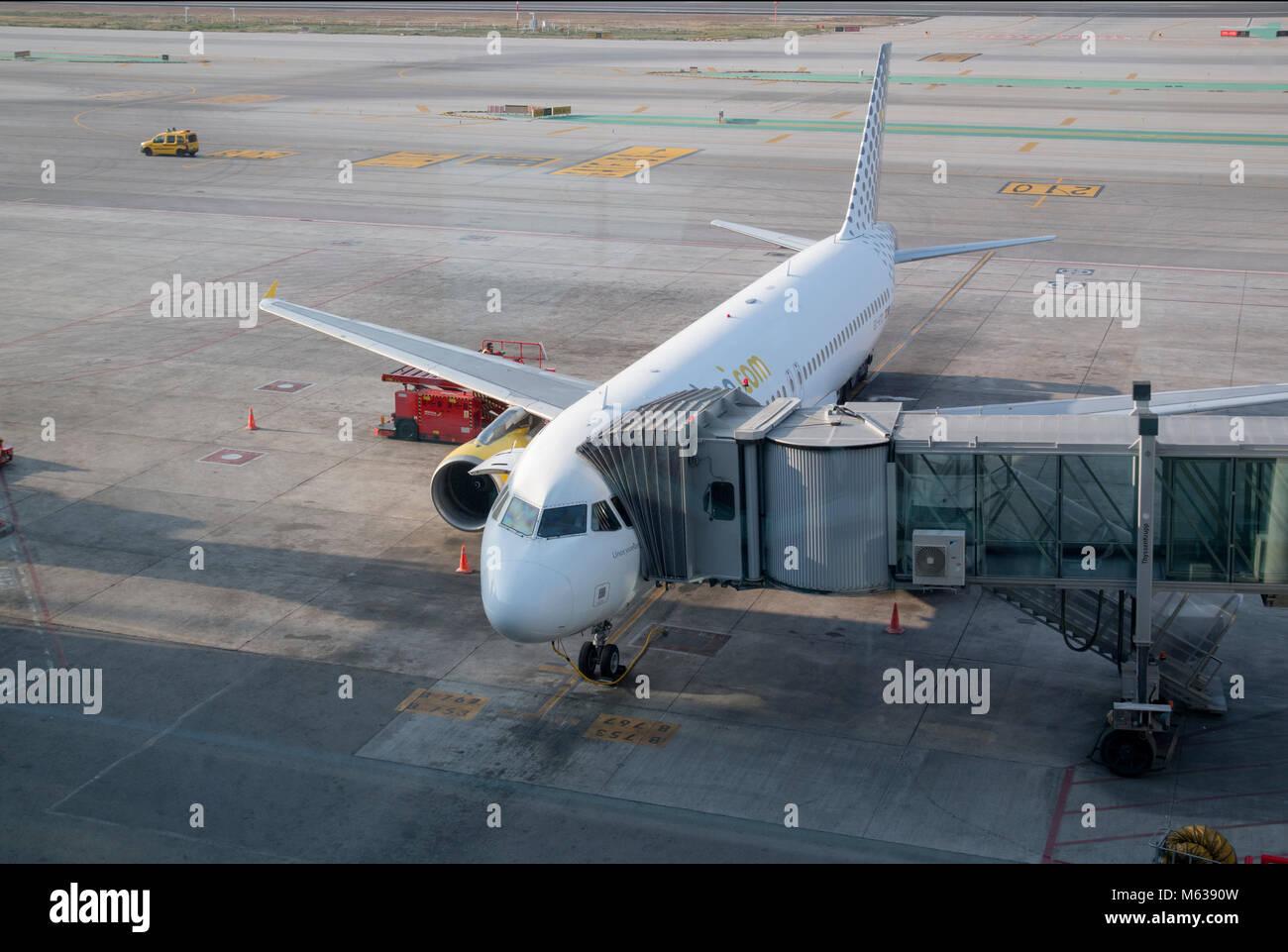 Guardando fuori all'area lato volo all'aeroporto di Barcellona Immagini Stock