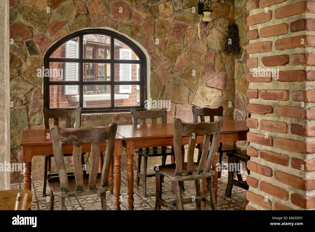 Tavoli In Pietra Per Interni.Rustico E Pietra Costruito Il Ristorante Interno Con Tavoli E