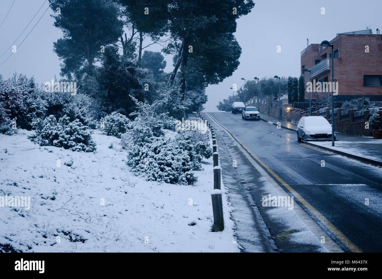 Nevada al amanecer en las calles de Valldoreix al paso de la tormenta siberiana 'Burian'. 28 de febrero, Immagini Stock