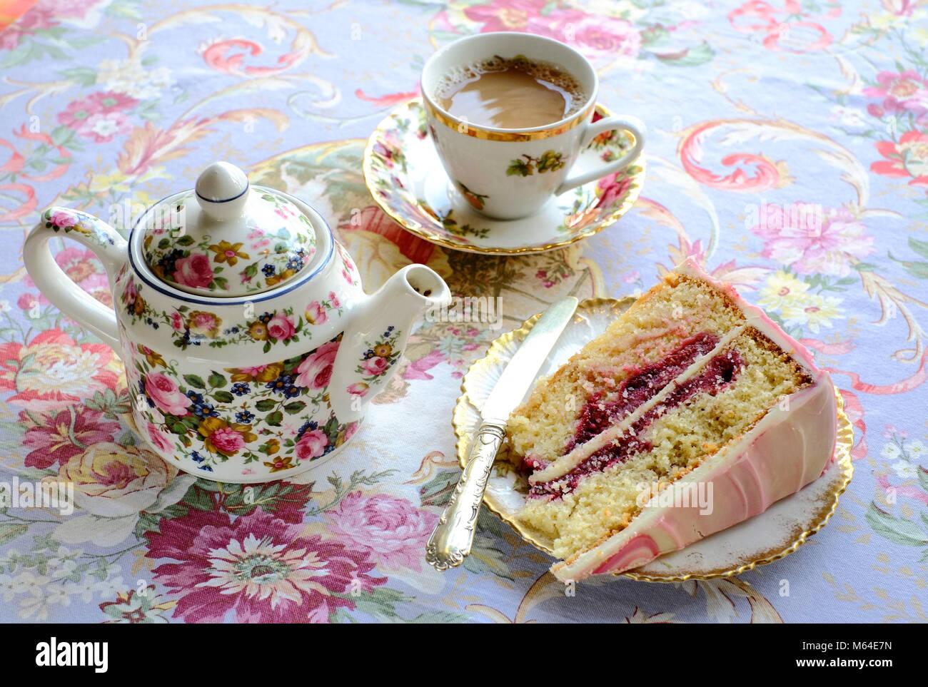 Il tè del pomeriggio ad Heavenly cafe-chocolatier, Llandeilo, Carmarthenshire, Galles Immagini Stock