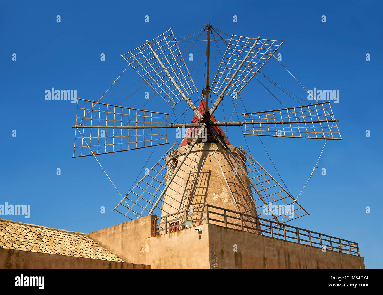 Mulino d'Infersa (mulino di Infersa) mulino a vento, Ettore saline, soluzione salina della Laguna, Masala, Sicilia. Immagini Stock
