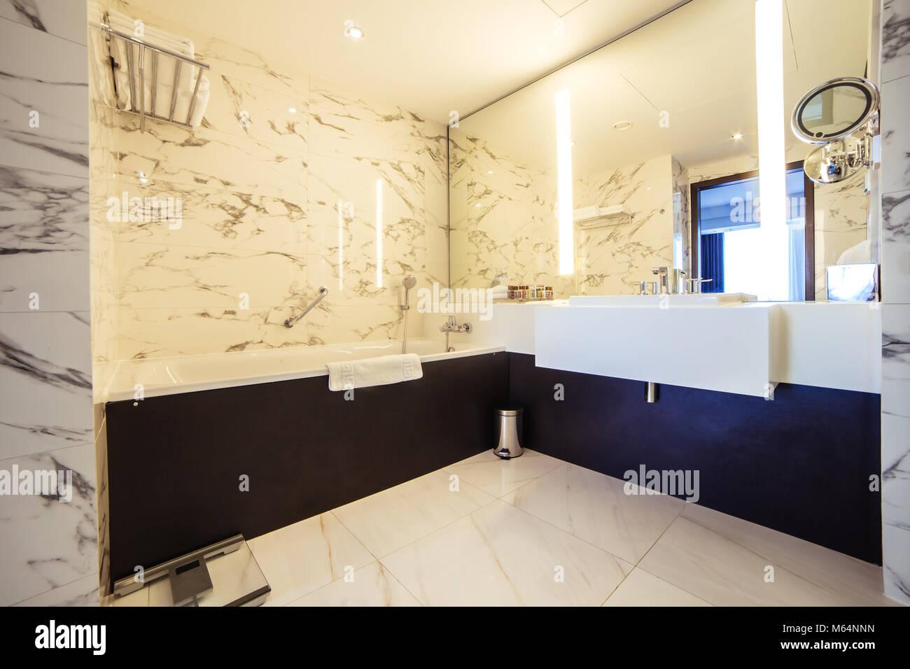 Design Bagno Con Doccia : Bagno di design con doccia piastrellatura foto & immagine stock