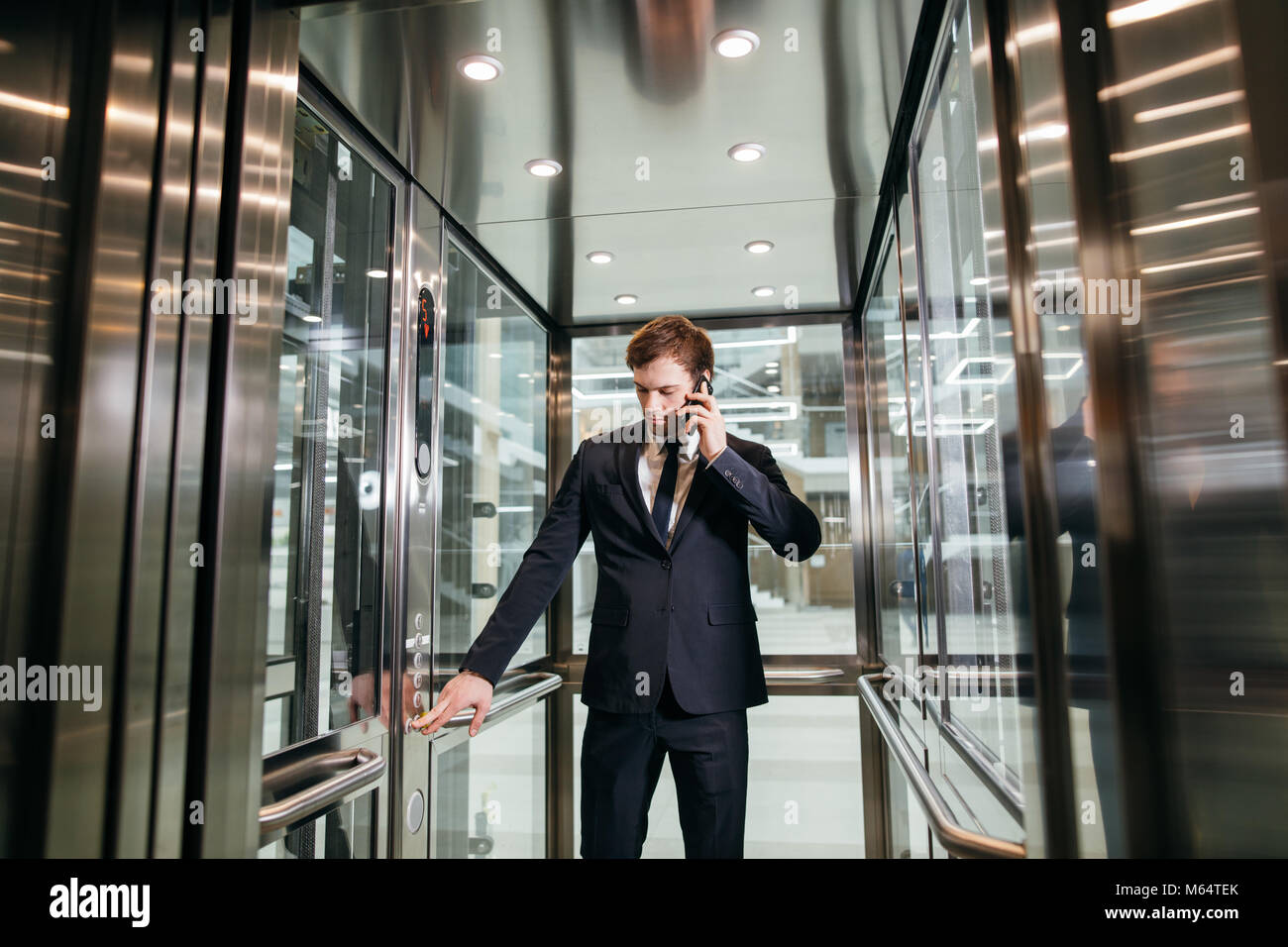Business man walking mentre parlano al telefono mobile per il suo modo di lavorare Immagini Stock