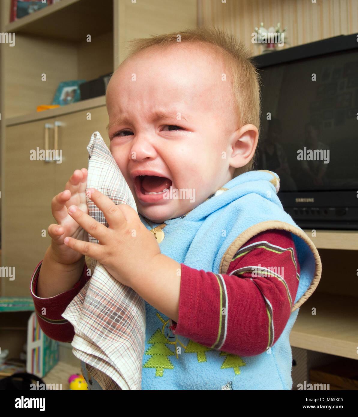 prezzo più economico fornire un'ampia selezione di design innovativo Un bimbo piange e salviettine le lacrime con un fazzoletto ...