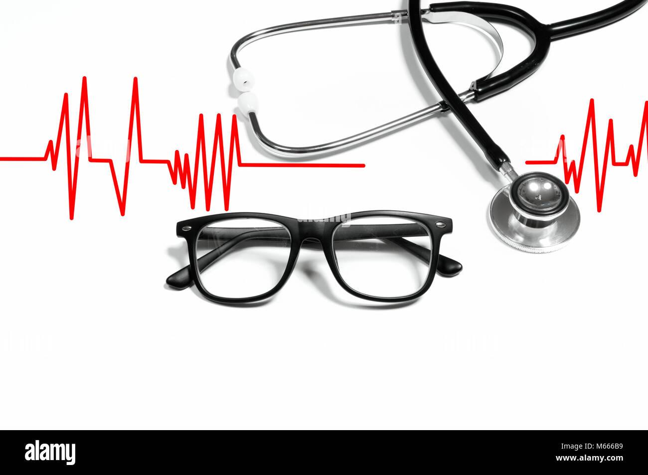 Stetoscopio medico con gli occhiali su sfondo bianco. I concetti di salute Immagini Stock