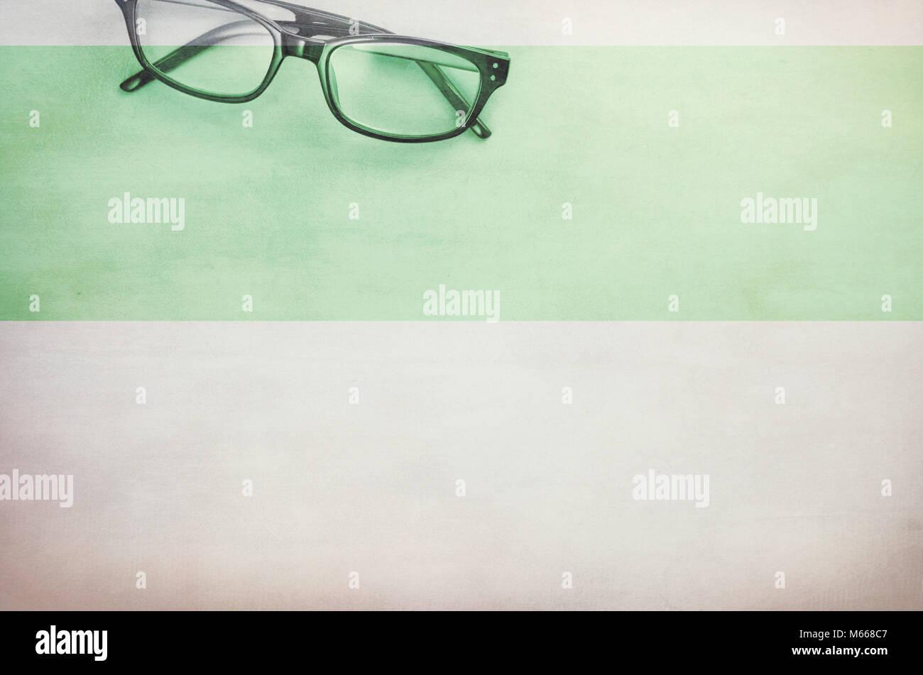 Coppia di occhiali incorniciati su una leggera superficie testurizzata - direttamente al di sopra di Immagini Stock