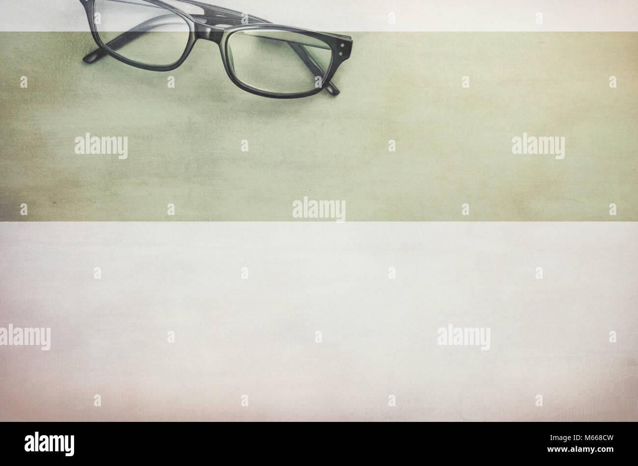 Coppia di occhiali incorniciati su una leggera superficie testurizzata - direttamente al di sopra di Foto Stock