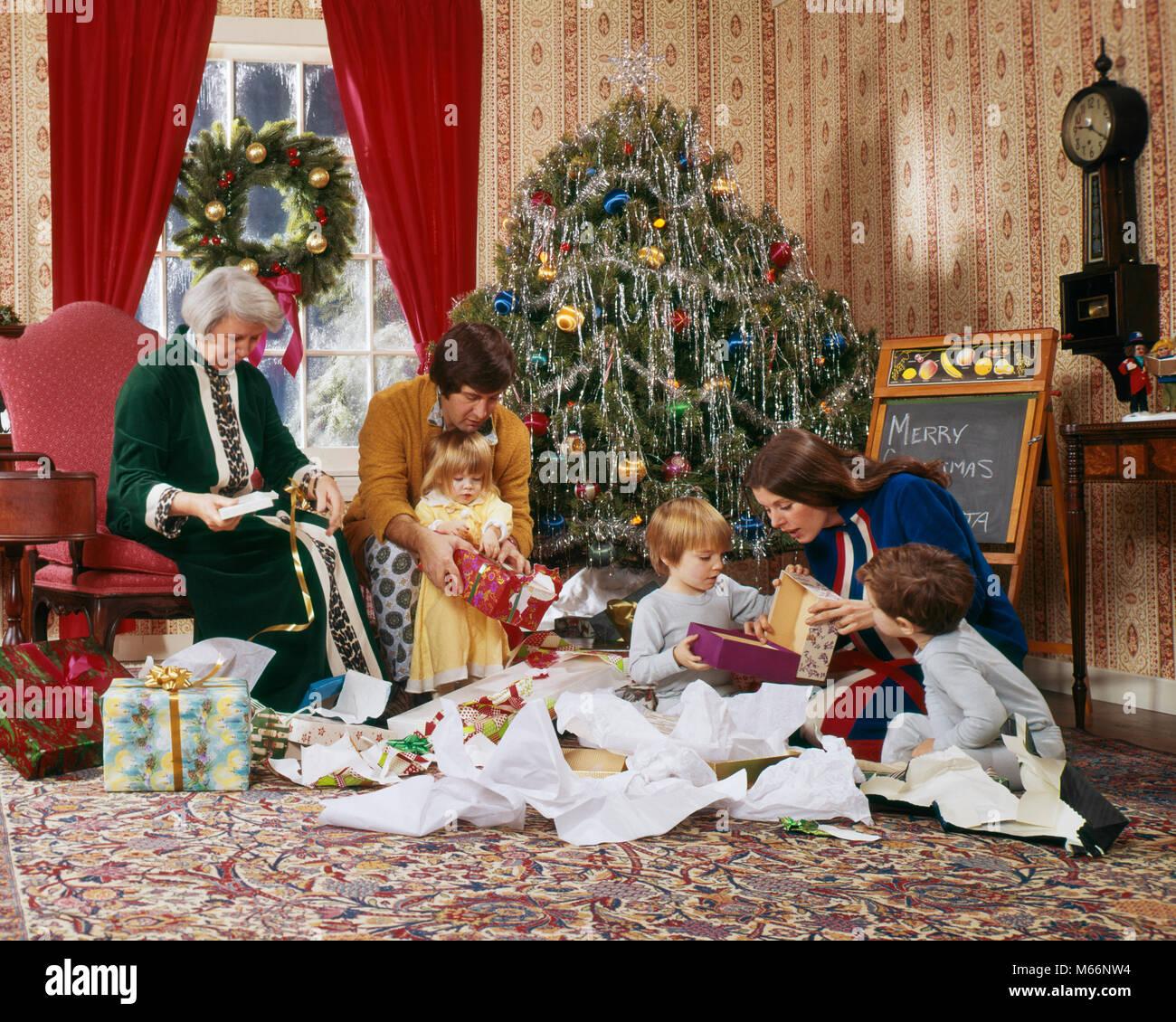 Foto Di Natale Anni 60.Negli Anni Settanta L Apertura Della Famiglia Presenta La Mattina Di