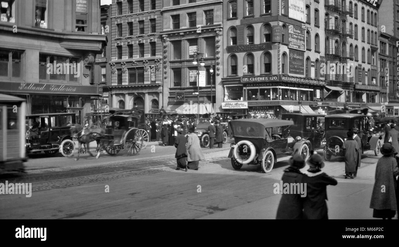 1910s Fifth Avenue   46th Street negozi di traffico di pedoni acquirenti  cavallo di vetture e e6b3251ea670
