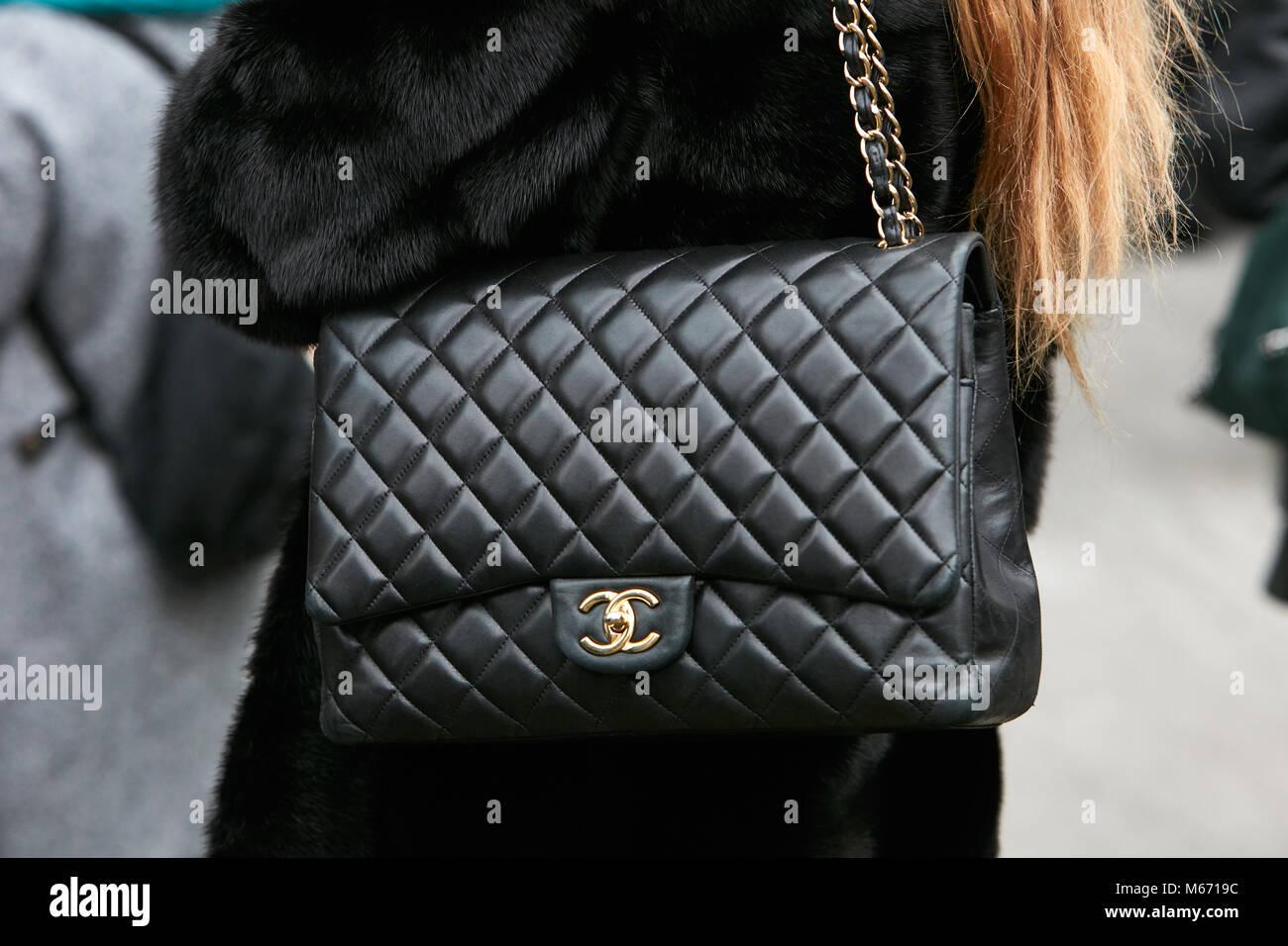 7ab6970584 Milano - 25 febbraio: Donna con nero Chanel borsa in pelle con catena  dorata e il logo prima di Emporio Armani fashion show, la Settimana della  Moda ...