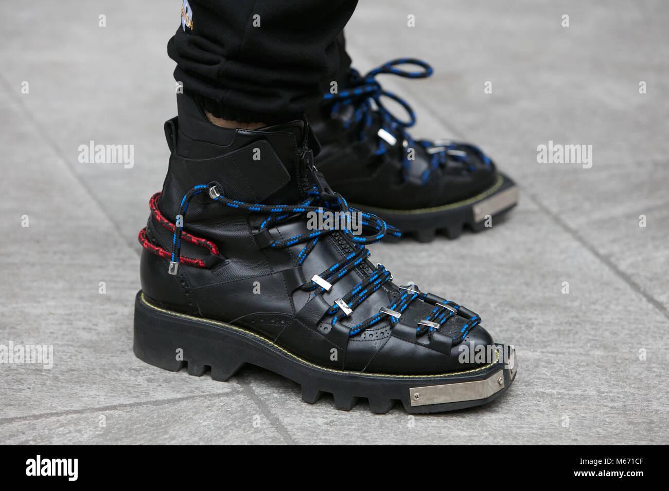 scarpe di separazione 79eff 5020e Milano - 25 febbraio: Uomo con Dsquared 2 nero stivali in ...