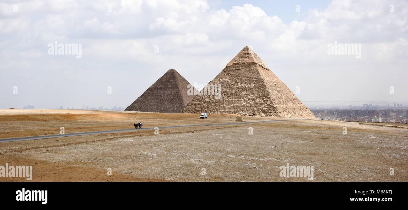 Una vista delle piramidi di Giza guardando verso il Cairo. Immagini Stock