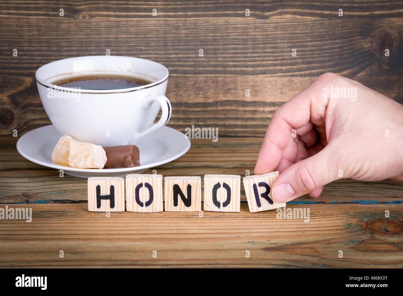 L'onore. Lettere di legno sulla scrivania in ufficio, informativo e sfondo di comunicazione Immagini Stock