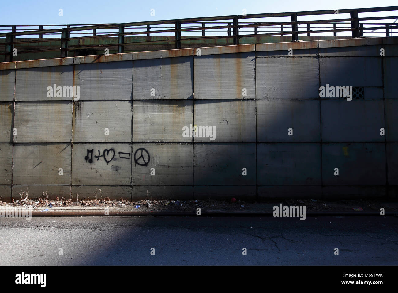 Musica e amore è la pace i graffiti sulla rampa di entrata per FDR in New York City Foto Stock