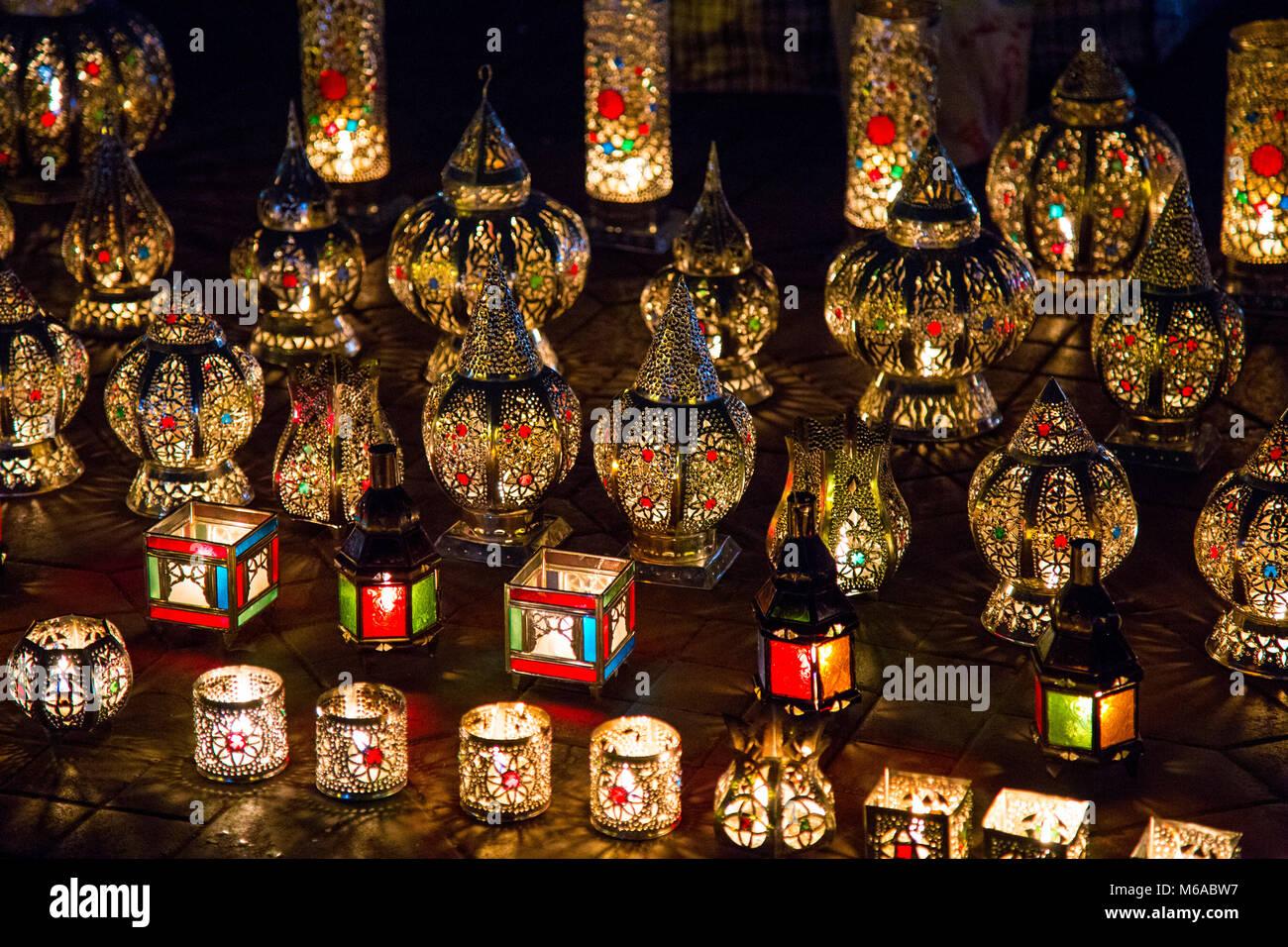 Visualizzazione Dei Colorati Lampade Orientali Nel Mercato Di