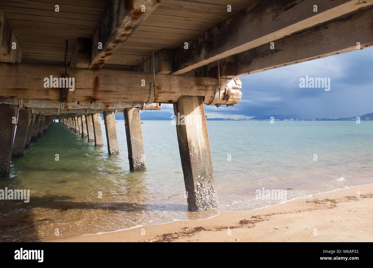 Sotto il Picnic Bay jetty, Magnetic Island, guardando verso Townsville su un tempestoso giorno d'estate. Foto Stock