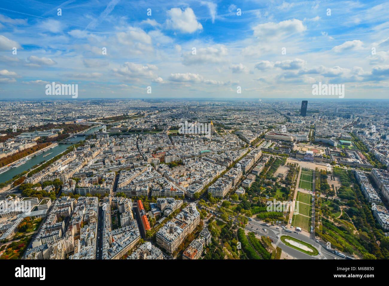 Una vista di Parigi dalla Torre Eiffel a inizio autunno con la Senna, Champ du Mars e la Torre di Montparnasse in Immagini Stock