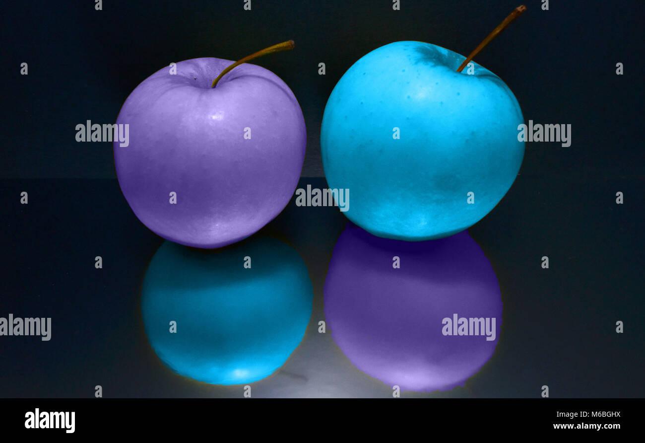 Mele swap colore, lilla e blu con ombre opposta Foto Stock