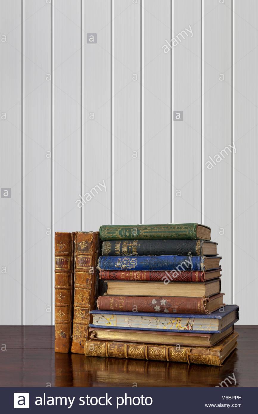 Libri Antichi Con Belle Colorate E Legature Decorative Su Legno