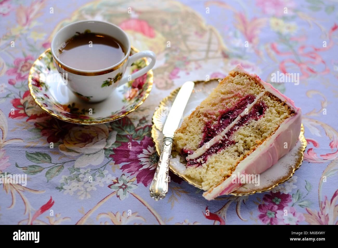 Il tè del pomeriggio e torta al cioccolato celeste Emporium & Cafe, Llandeilo, Carmarthenshire, Galles Immagini Stock