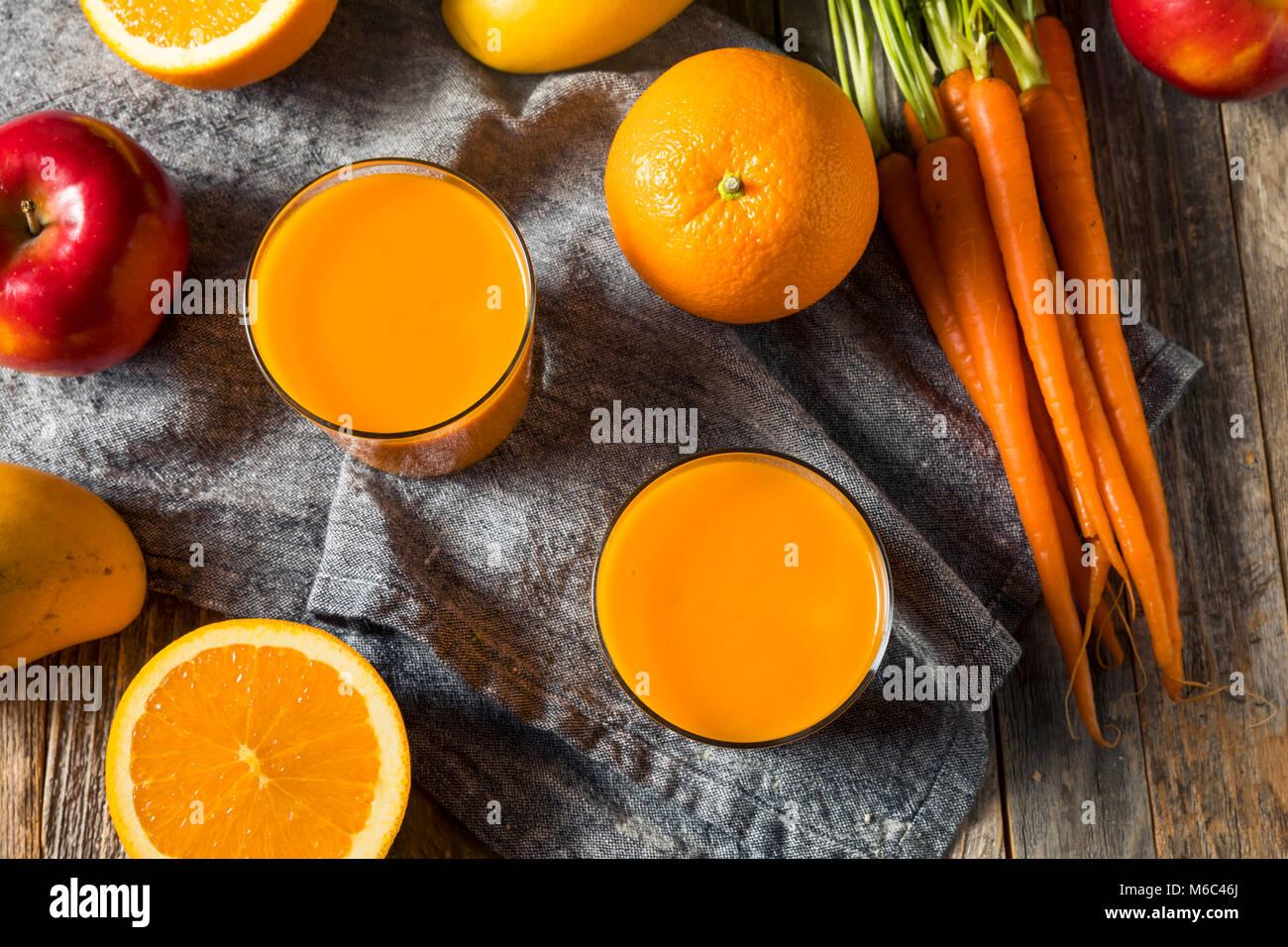 Sana arancione organico frullato di carote di bere succo di mango e banana Immagini Stock