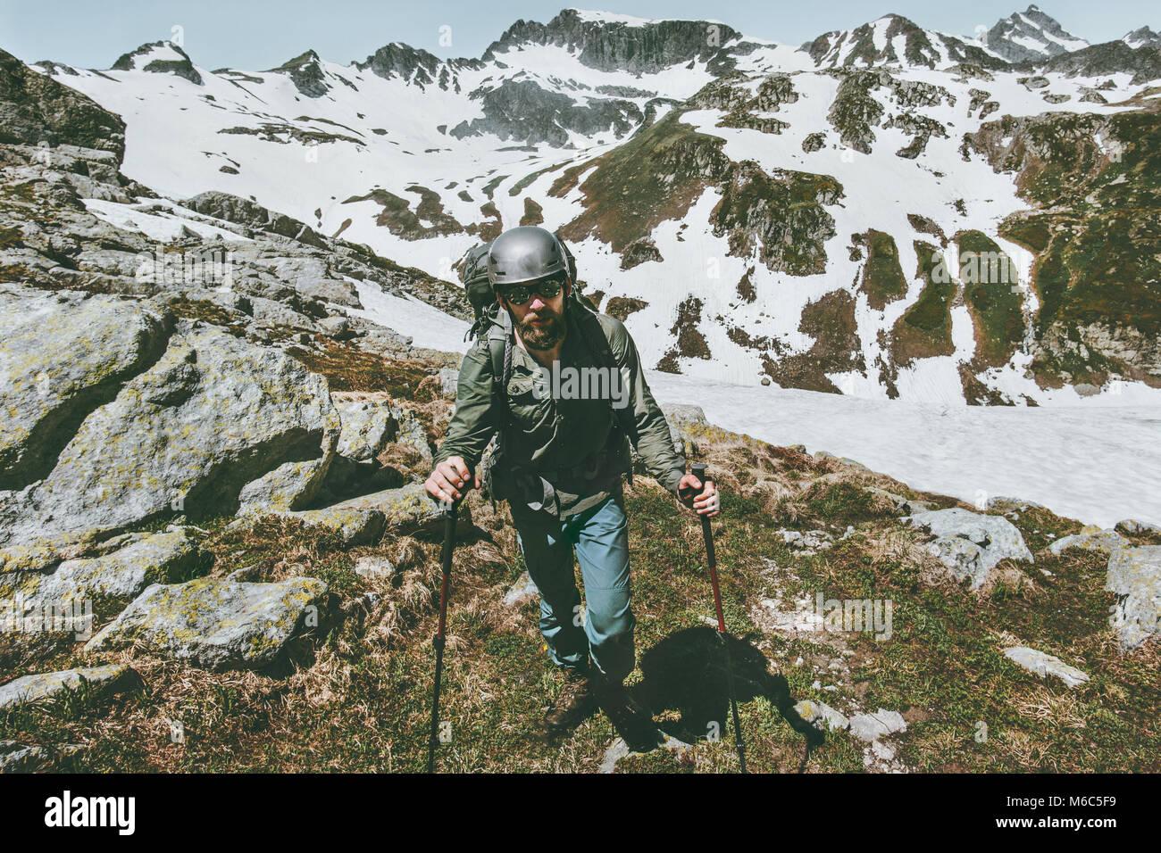 L'uomo viaggiatore con zaino trekking in montagna spedizione la sopravvivenza di viaggio il concetto di stile Immagini Stock