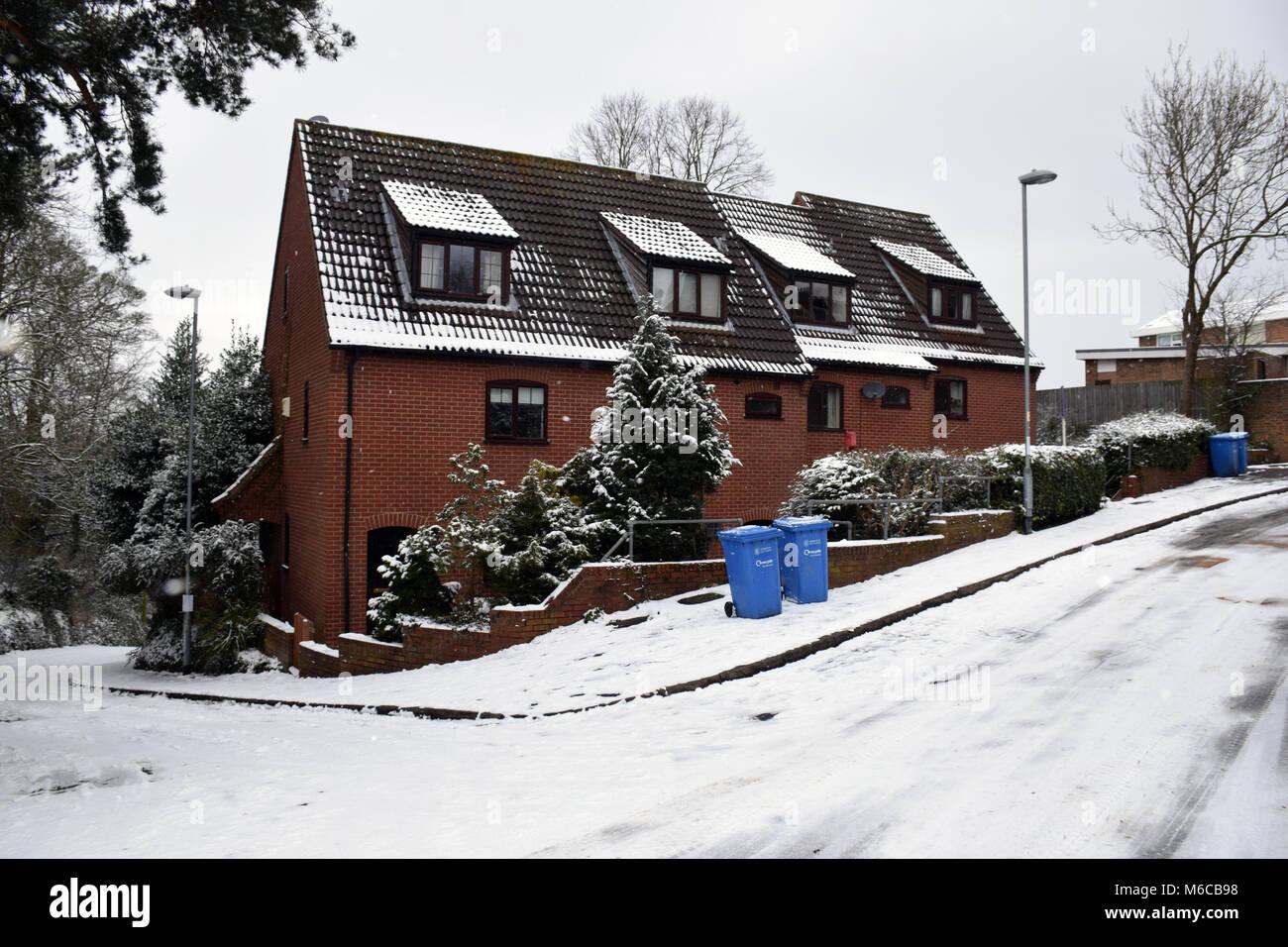 Scarso isolamento del tetto su queste case, Norwich Feb 2018 REGNO UNITO Immagini Stock