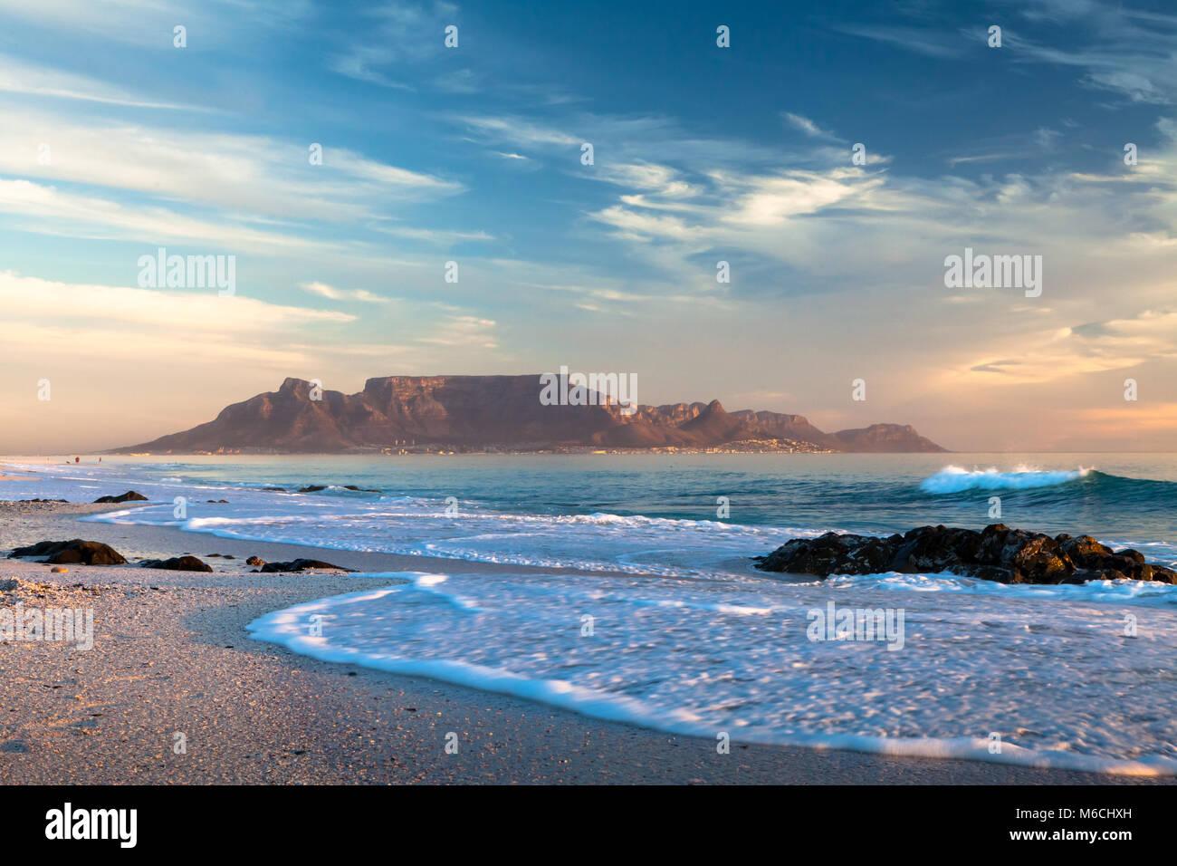Vista panoramica della montagna della tavola Città del Capo in Sud Africa da blouberg Immagini Stock