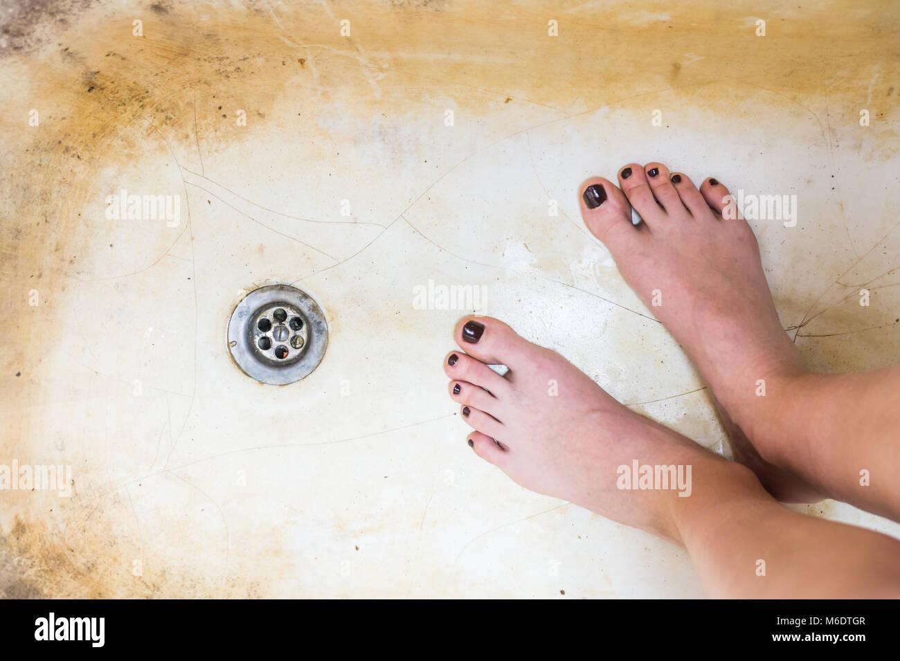Vasca Da Bagno Arrugginita : I piedi femminili nella vecchia vasca arrugginita foto immagine