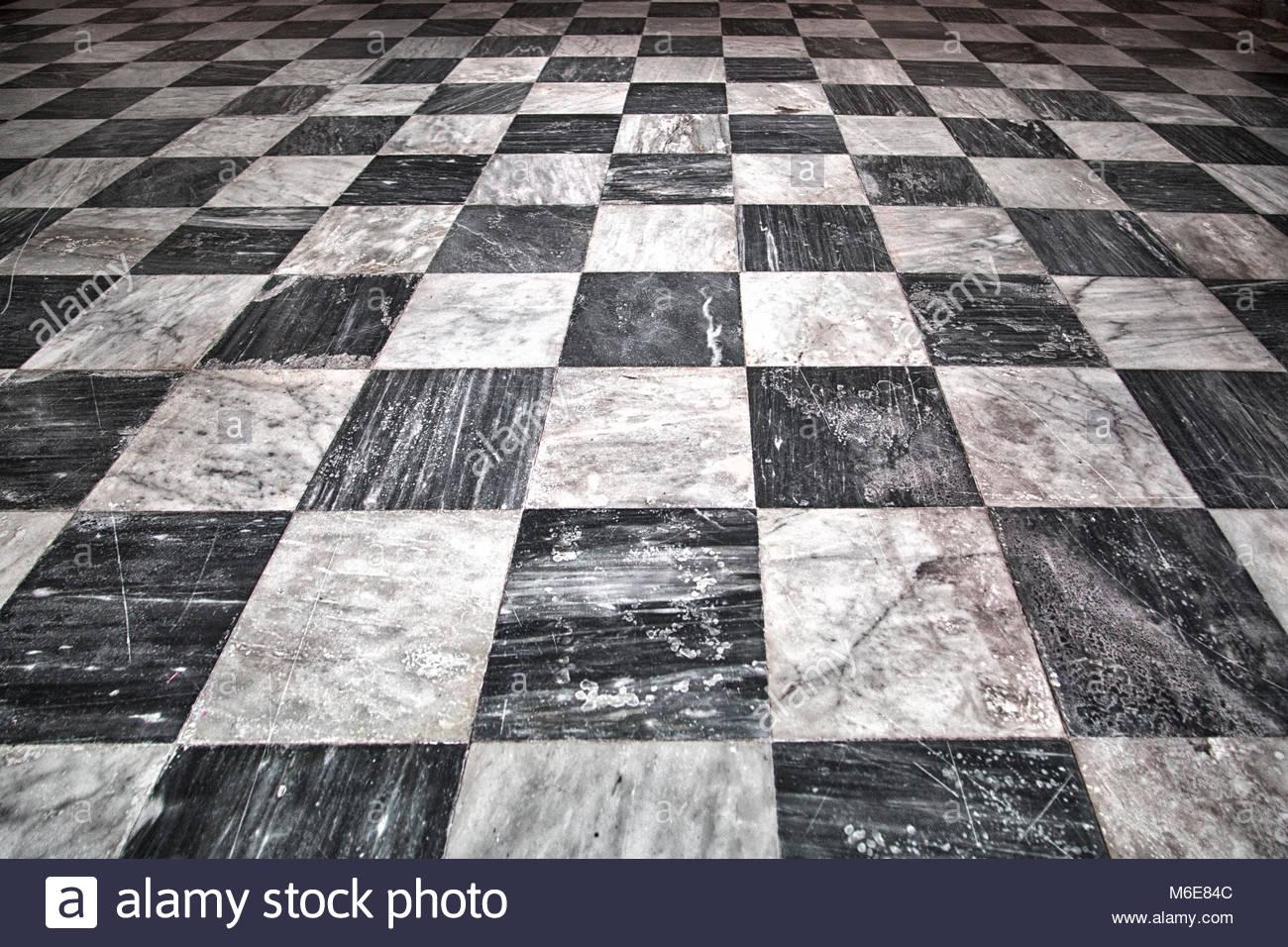 Età al quadrato bianco rivestito di piastrelle e marmo nero