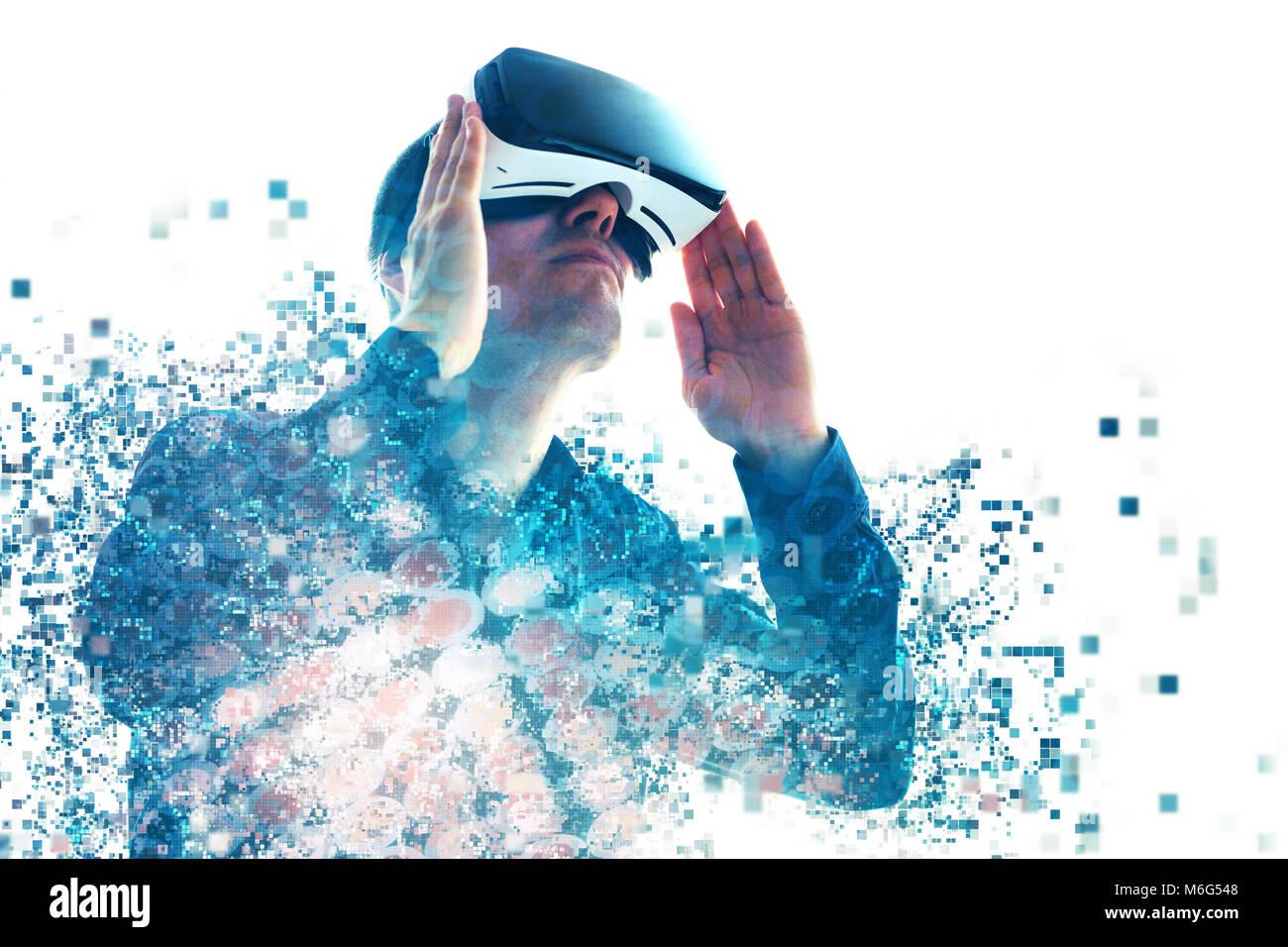 Una persona in bicchieri virtuale vola a pixel. L'uomo con bicchieri di realtà virtuale. La tecnologia Immagini Stock