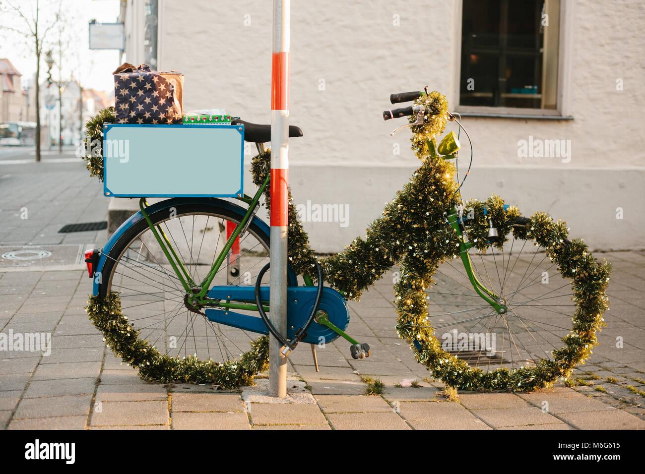 Una bici decorate in un stile di natale sulla strada di for Sedie decorate per natale