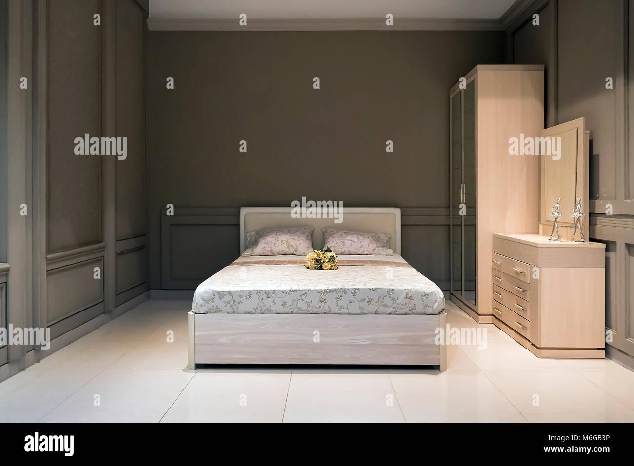 Spaziosa camera da letto in grigio con fatti a mano mobili in legno letto grande e decorativo - Camera da letto grande ...