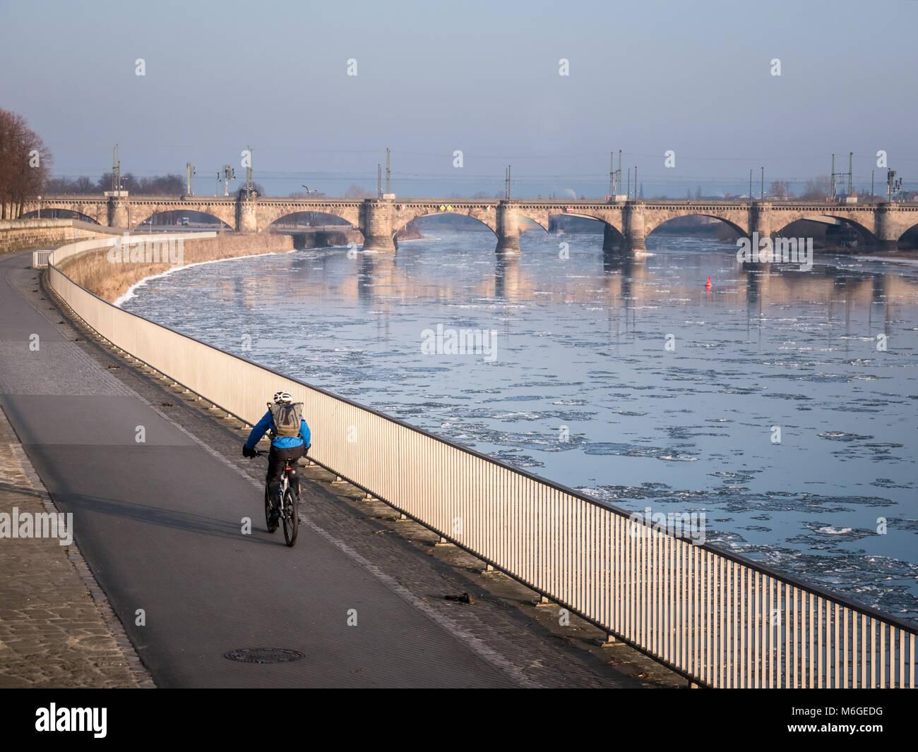 Vista sul Marienbrücke e il fiume Elba con lastre di ghiaccio galleggiante in esso. Come si vede da una posizione Immagini Stock